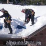 Очистка кровли домов от снега